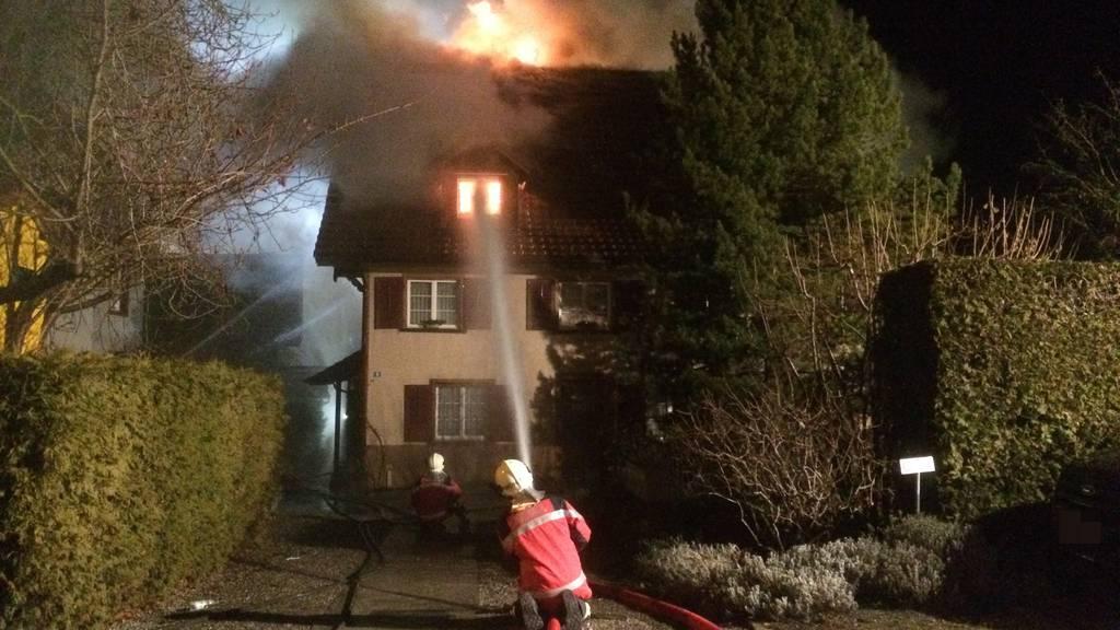 Beim Brand wurde eine Bewohnerin verletzt.