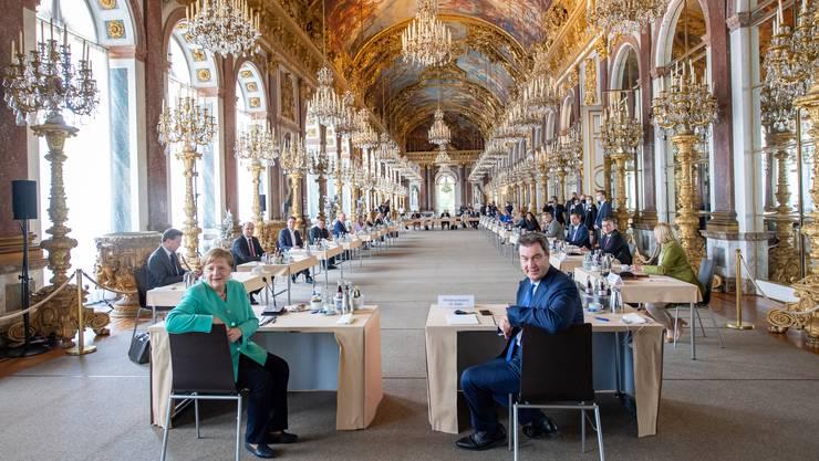 Pompöse Polit-Show: Markus Söder (r) empfängt Kanzlerin Angela Merkel im Schloss Herrenchiemsee, dem bayerischen Versailles. (Bild: Keystone/DPA)