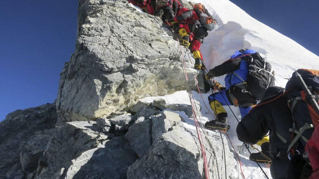 Der Hillary Step - die letzte Schlüsselstelle vor dem Gipfel des Mount Everest. Nach einem Erdbeben ist der Felszacken nun abgebrochen. Die Sicherung der Passage durch Seile dürfte künftig schwieriger sein.