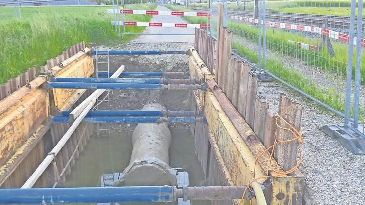 Schon seit Monaten macht diese Baugrube am Bahnweg auf die defekte Fernleitung aufmerksam.