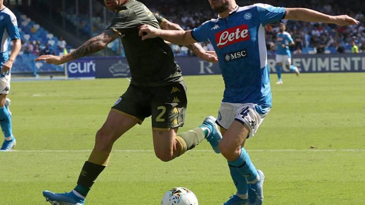 Napolis Torschütze Dries Mertens (rechts) im Zweikampf mit Brescias Stefano Sabelli