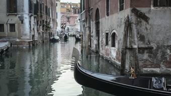 Eine Gondel fährt durch einen Kanal in Venedig. (Archivbild)