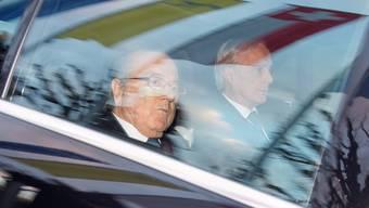 Sepp Blatter am Donnerstag, 17. Dezember 2015, beim Fifa-Hauptsitz in Zürich. Rechts sein Anwalt Lorenz Erni.