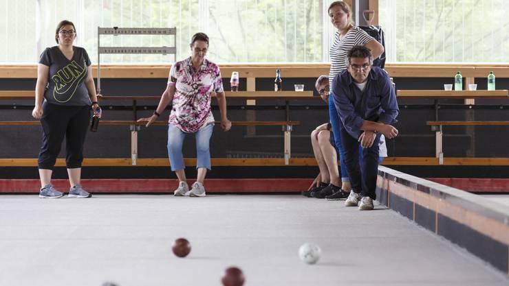 Die Mitarbeiter der Gemeindeverwaltung von Kehrsatz zu Besuch im Naturpark Thal. Dazu gehörte auch eine Lehrstunde im Boccia-spielen in Balsthal.