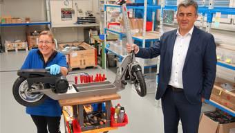 Ursula Vogt baut die E-Scooter in Muri zusammen, CEO Stefan Schimon freut sich über das innovative Produkt der Antrimon Group AG. Eddy Schambron