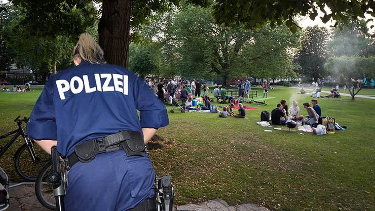 Wenns nicht nur feuchtfröhlich, sondern auch laut wird, hat häufig die Polizei das zweifelhafte Vergnügen, für mehr Ruhe zu sorgen. (Bildmontage szr)