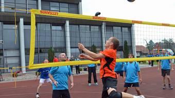 Der Volleyballer von «Tornado» Derendingen (in Orange) lanciert einen Netzangriff gegen ein Gegnerteam.