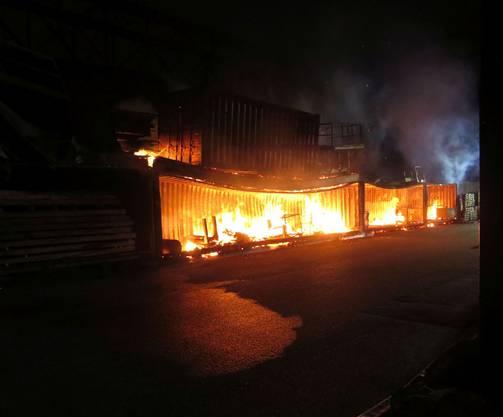 Ein Übergreifen der Flammen auf das danebenliegende Kohlelager konnte die Feuerwehr verhindern.
