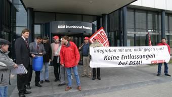 Bereits 2004 demonstrierten die Beschäftigten der DSM in Kaiseraugst gegen Stellenabbau. (Archiv)