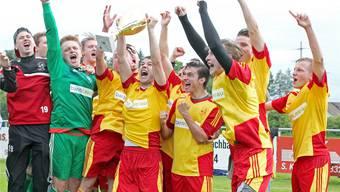 Nach dem Sieg in Fislisbach freuen sich die Spieler des SC Schöftland über den Meisterpokal und den Aufstieg.Otto Lüscher