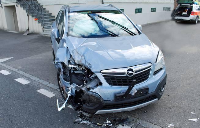 Einen Totalschaden hat ein Auto erlitten, als es einen Traktor überholen wollte, dessen Lenker gerade nach links abbiegen wollte.Verletzt wurde niemand, der Sachschaden beläuft sich auf rund 12'000 Franken.