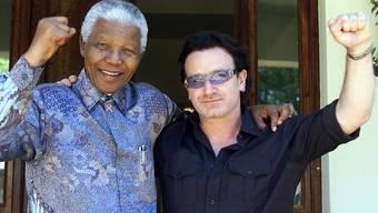 Nelson Mandela und Rockstar Bono im Jahr 2002. AFP PHOTO REUTERS POOL/Juda Ngwenya