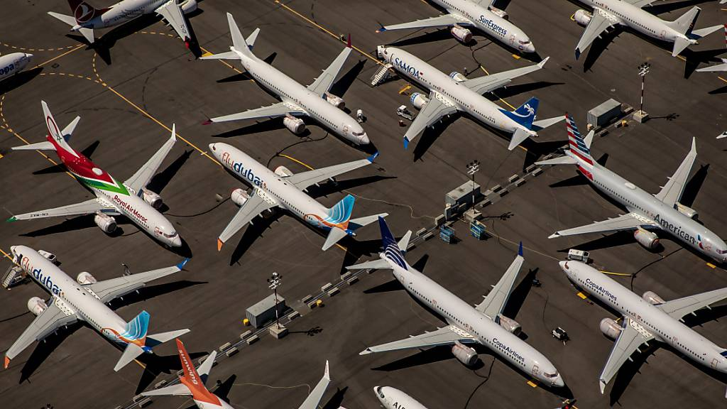 Nachdem zwei Flugzeuge des Typs Boeing 737 Max abgestürzt waren, blieben die Flieger aus Sicherheitsgründen am Boden. Ein ehemaliger Testpilot des US-Flugzeugbauers Boeing ist nun offiziell der Täuschung beschuldigt worden. (Archivbild)