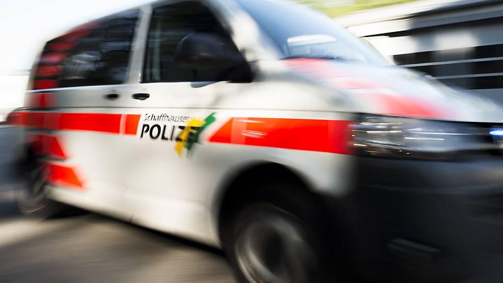 Drei Polizisten sind bei einem Einsatz wegen eines randalierenden Mannes am Freitagmorgen in Neuhausen SH von dem 31-Jährigen verletzt worden. (Symbolbild)