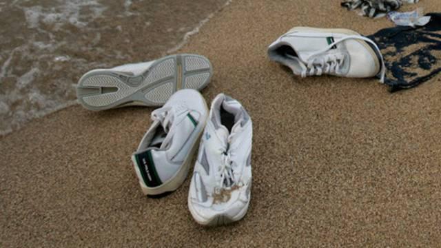 Turnschuhe am Strand - doch die Füsse sind in manchen Fällen noch drin (Symbolbild)
