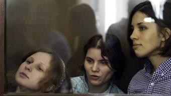 Die angeklagten Mitglieder von Pussy Riot vor Gericht in Moskau