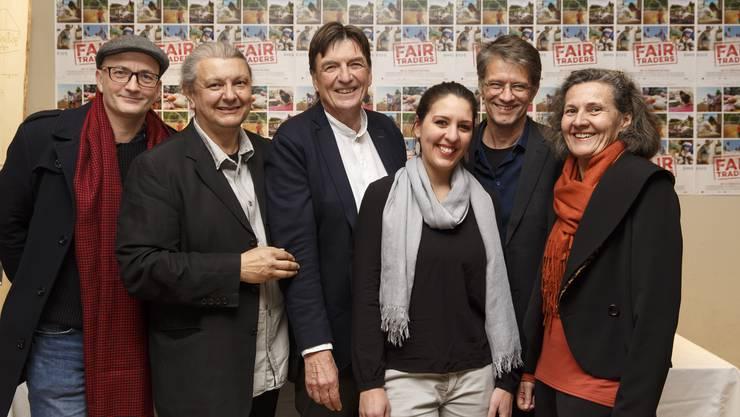 Sie sind stolz auf den Dok-Film «Fair Traders» und freuen sich an der Filmpremiere: (v.l.) Olivier JeanRichard (Ton), Nino Jacusso (Regie), Patrick Hohwald, Claudia Zimmermann (Protagonisten), Daniel Leippert (Kamera) und Franziska Reck (Produzentin).