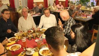 «Eine der wenigen richtigen Beizen der Region»: Urs Hofmann (M.) diskutiert mit Ruedi Oehninger.