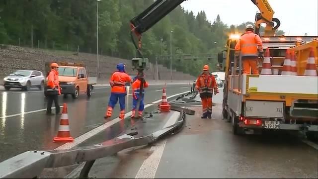 Aufwändige Aufräumarbeiten am Donnerstagabend: «Der Lastwagen war verkeilt, die Bremsen blockiert»