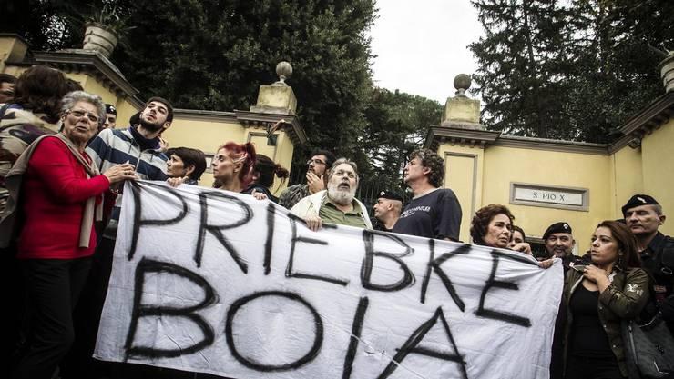Demonstranten protestieren gegen die Trauerfeier für Erich Priebke, welche von den Pius-Brüder organisiert wurde.