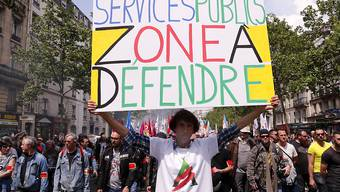 Über 16'000 Menschen protestierten in Paris gegen geplante Stellenkürzungen im öffentlichen Dienst.