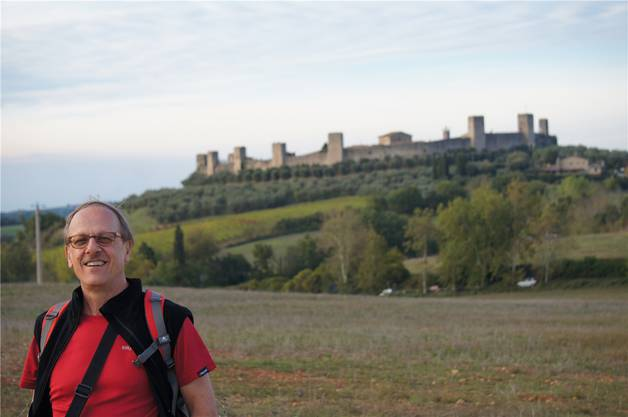 Ruedi Bosshardt, hier in Monteriggioni in der Toskana, liebt das Wandern.