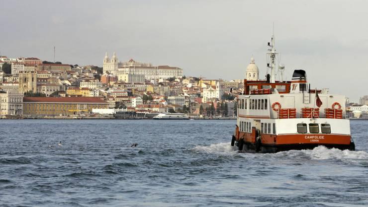 Bei einem Unglück mit einer Fähre sind in Lissabon 34 Personen verletzt worden. (Archivbild von Fähren auf dem Tejo)