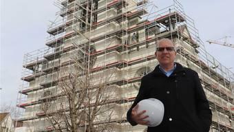 Kirchenpflegepräsident Beat Elsener vor der katholischen Kirche in Leuggern. Dank der unerwarteten Einnahmen von 2,1 Millionen Franken sollen die Kirchensteuern sinken.