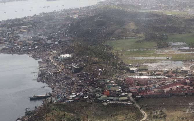 Taifun «Haiyan» fordert über 10000 Todesopfer - den Rettern bietet sich ein Bild des Schrecken.