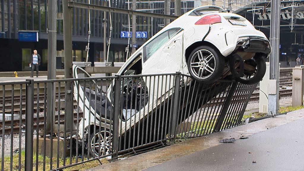 Selbstunfall in St.Gallen:  Auto bleibt über Geländer hängen - Fahrer flüchtet