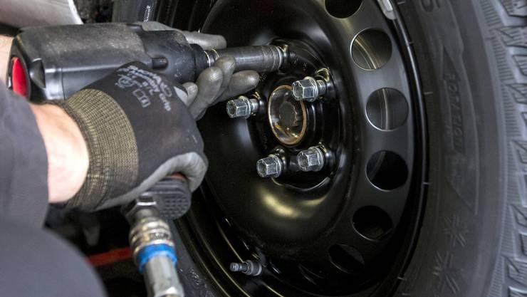 Ein Automechaniker und ein Elektrotechniker haben sich in verschiedenen Tiefgaragen bedient: Sie klauten Reifen und Felgen im Wert von 34 500 Franken.