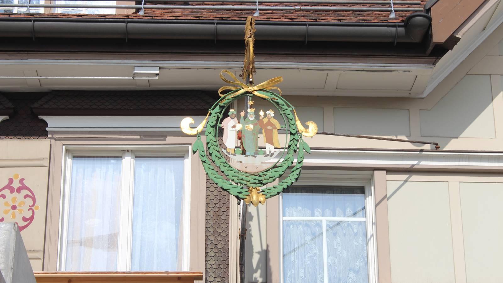 Das teilweise vergoldete Wirtshausschild im Stil der Empirezeit. (© FM1Today)