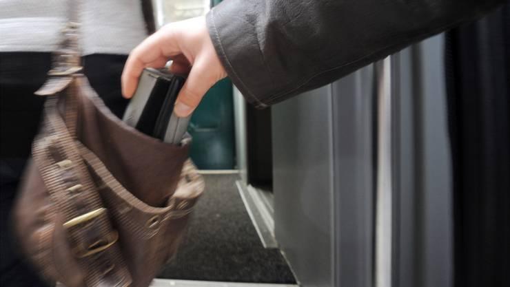 Taschendiebe bestehlen bevorzugt Leute, die ihr Portemonnaie an den üblichen Stellen wie in der Handtasche oder in der Hosentasche haben. (Archiv)