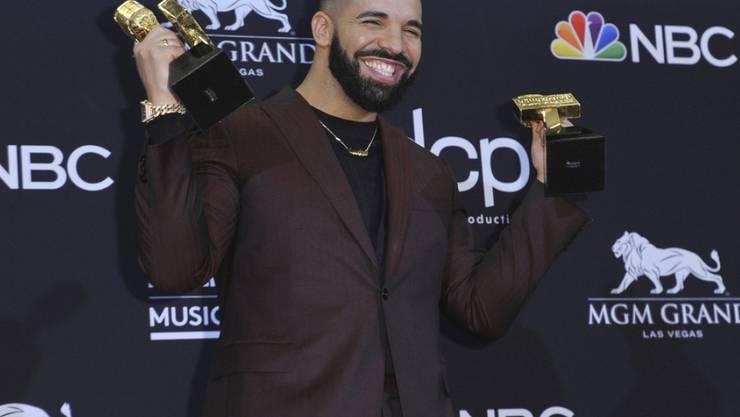 """27 Trophäen sind es insgesamt: Der kanadische Rapper Drake ist in Sachen Billboard Music Awards neuer Rekordhalter. US-Sängerin Taylor Swift hat """"nur"""" 23 Auszeichnungen."""