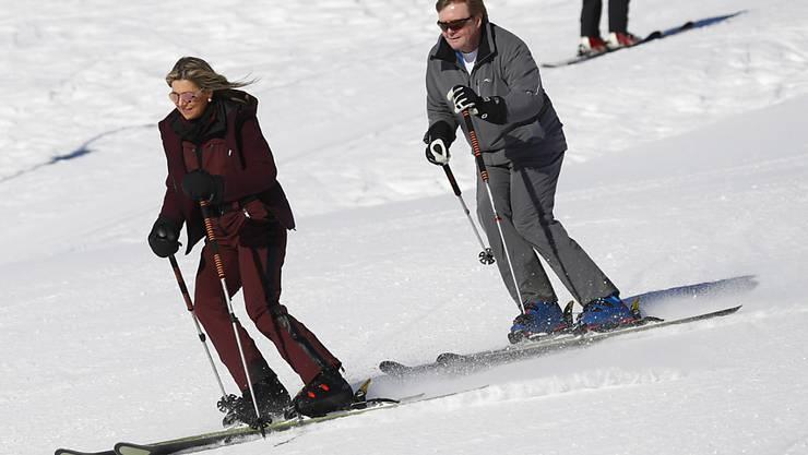 Willem-Alexander (rechts) auf der Skipiste in Lech: Der niederländische König spornt nicht nur von der Tribüne aus Sportler seiner Heimat an, sondern hält sich auch selbst fit. (Archivbild)