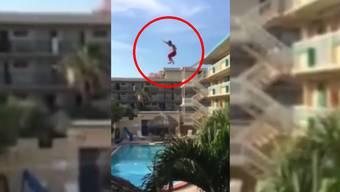 Vom Balkon in den Hotel-Pool: eine gefährliche Mutprobe.