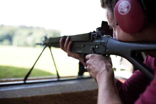 SZ Redaktor Philipp Eng versucht sich zum ersten Mal am Sturmgewehr