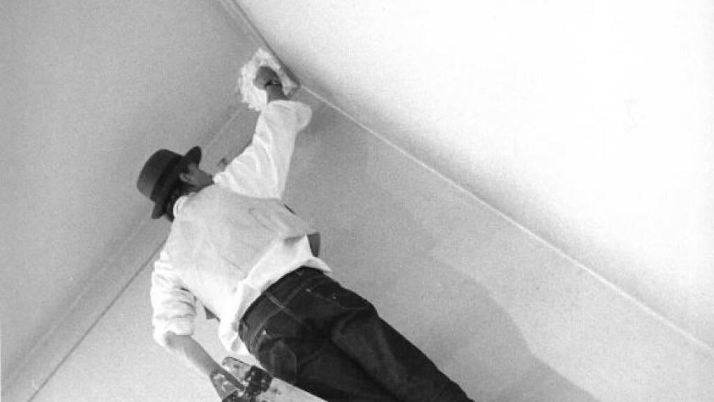 Joseph Beuys arbeitet an einer Fettecke.