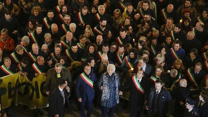 Rund 600 Bürgermeister aus verschiedenen italienischen Städten haben sich am Dienstagabend an einer Demonstration in Mailand mit der Holocaust-Überlebenden Liliana Segre (in der Bildmitte) solidarisiert. Die 89-Jährige hatte zuletzt wiederholt Morddrohungen erhalten.