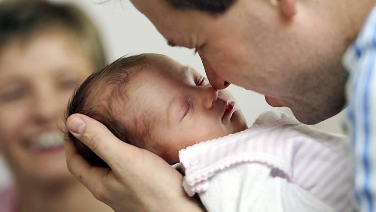 Väter sollen nach der Geburt ihres Kindes künftig 20 Tage flexibel Urlaub beziehen können. (Symbolbild)