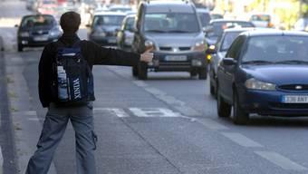 Wer eine Mitfahrgelegenheit sucht, wird künftig vielleicht eine Alternative zum Autostoppen haben. (Symbolbild)