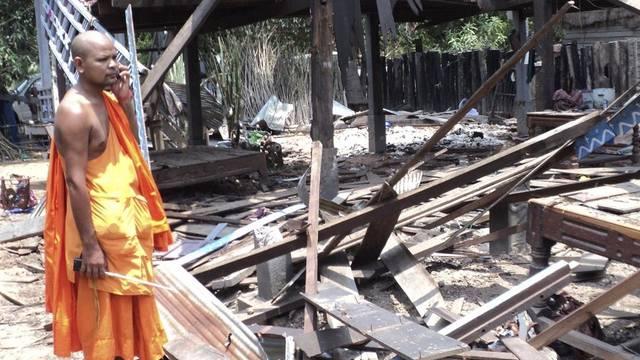 Ein kambodschanischer Mönch betrachtet die Überreste eines Hauses, das von einer Rakete zerstört wurde