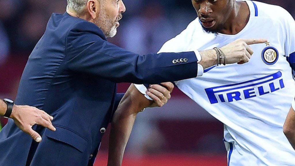 Inters Trainer Stefano Pioli gibt seinem 1:0-Torschützen Geoffrey Kondogbia Anweisungen