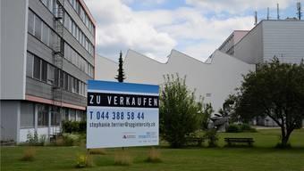 Sinnbild des Abbaus: Die Tafel auf dem GE-Werkgelände in Oberentfelden steht schon länger, seit Monaten gibt es leerstehende Flächen.