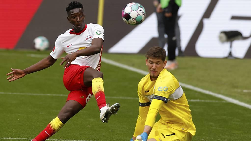 Gregor Kobel kann trotz mehrerer guter Paraden - hier wehrt der Schweizer gegen Amadou Haidara ab - die Niederlage des VfB Stuttgart gegen Leipzig nicht verhindern