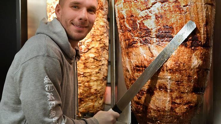 Der Chef legt gleich selber Hand an: Lukas Podolski ist nun stolzer Besitzer einer Döner-Bude. Der 32-jährige Fussballer lernte die türkische Küche während seiner Zeit in Istanbul kennen und lieben..