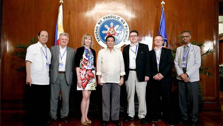 Zu Besuch in den Philippinen: Mario Delvecchio (2.v.r) mit dem philippinischen Präsidenten Rodrigo Duterte (Mitte). zvg