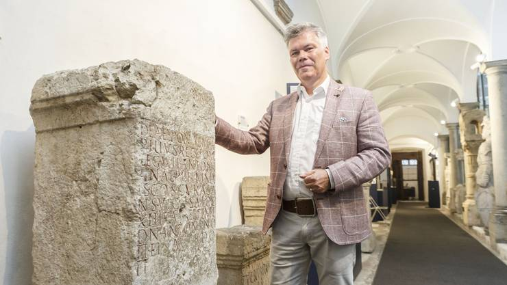 Das Besondere am Stein: Er enthält die erste schriftliche Erwähnung des Namens Salodurum (Solothurn). Auf dem Bild: Peter H.R. Studer, Präsident der Trägerschaft des Steinmuseums