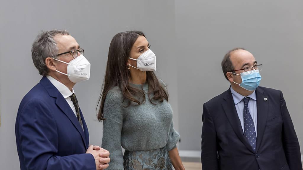 Königin Letizia hier zusammen mit dem Ausstellungskurator Martin Schwander (links) und dem Spanischen Kulturminister Miguel Icenta.