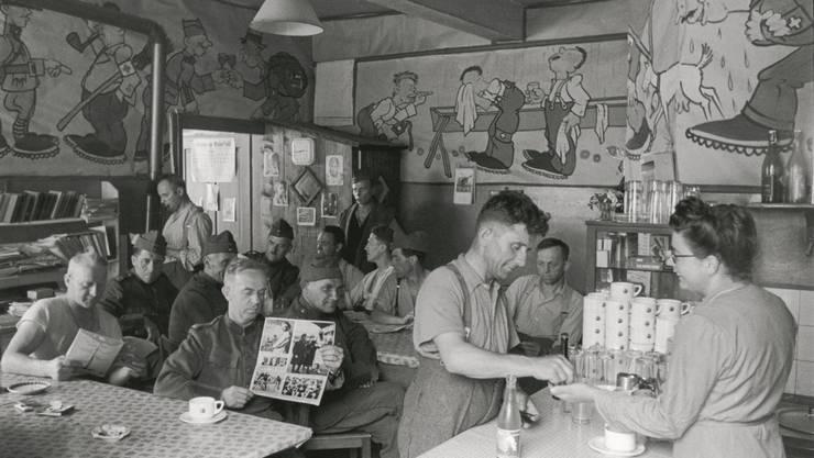 Undatiertes Bild einer Soldatenstube im bündnerischen Maienfeld: Am Anfang der SV-Geschichte stand die Sorge um das Wohl der Soldaten. zvg